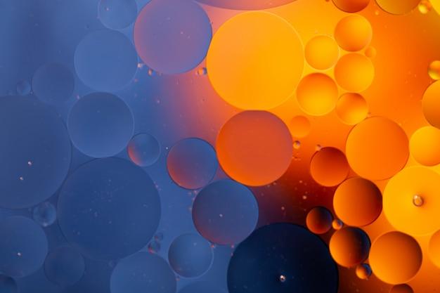 Gros plan de l'eau et de l'huile abstraite dans un effet d'éclairage arc-en-ciel