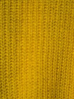 Gros plan de l'écharpe jaune
