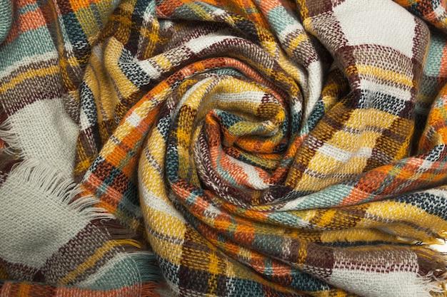 Gros plan sur une écharpe en tartan jaune