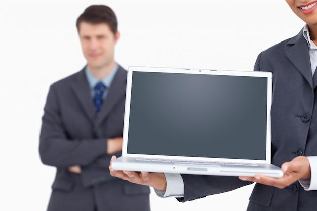 Gros plan de l'écran d'ordinateur portable étant présenté par salesteam