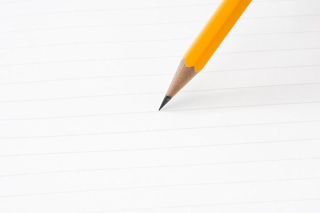 Gros plan d'écriture au crayon sur un papier - pour concept d'entreprise