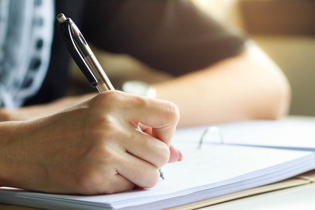 Gros plan, écriture, mains femme affaires