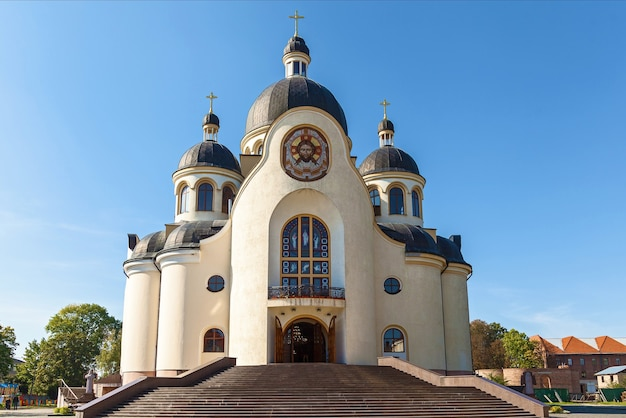Gros plan de l'église orthodoxe contre le ciel. église orthodoxe.