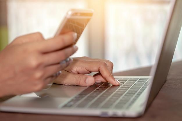 Gros plan élégant belle mains féminines tapez sur la souris clavier d'un ordinateur portable, femme d'affaires réussie, travaillant, à la recherche d'informations