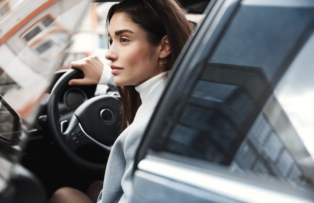 Gros plan, de, élégant, femme affaires, monter, dans, voiture, travailler