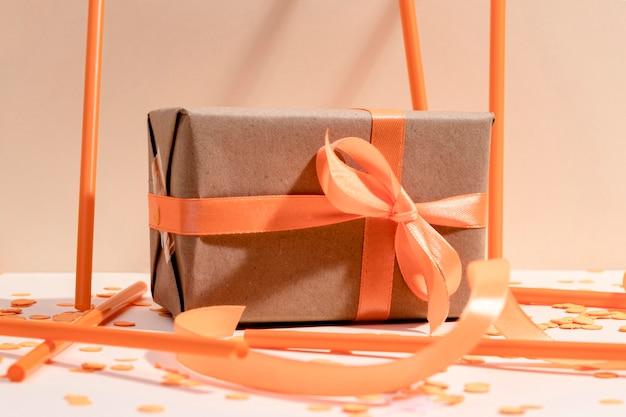 Gros plan, emballé, boîte-cadeau, sur, table