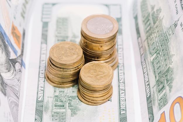 Gros plan, de, empilé, pièces, sur, billet banque