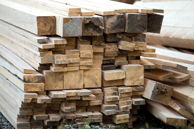 Gros plan, empilé, pile, naturel, brun, inégal, rugueux, bois, planches, éclairé, clair, soleil