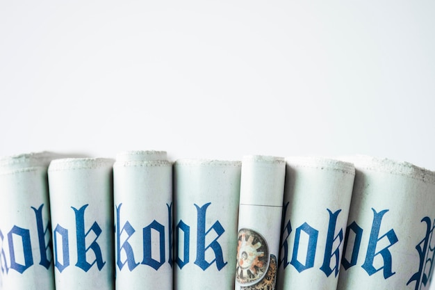 Gros plan empilement de journal sur blanc