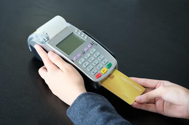 Gros plan des employés acceptant les paiements par carte de crédit via edc. paiement et achats en ligne.