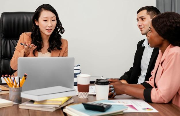 Gros plan des employés au bureau