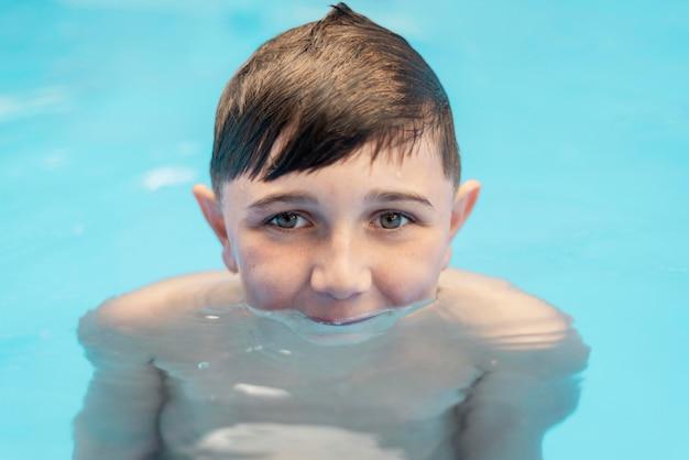 Gros plan enfant dans la piscine