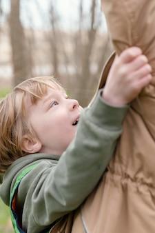 Gros plan enfant heureux à l'extérieur
