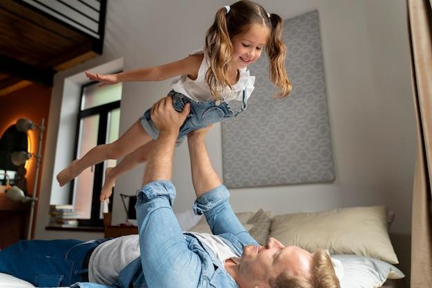 Gros plan sur un enfant heureux avec son père