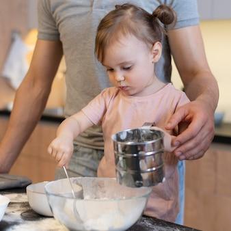 Gros plan enfant mélangeant avec cuillère