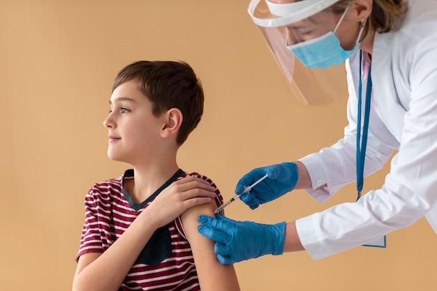 Gros plan sur un enfant qui se fait vacciner