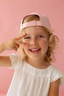 Gros plan d'un enfant souriant portant un chapeau