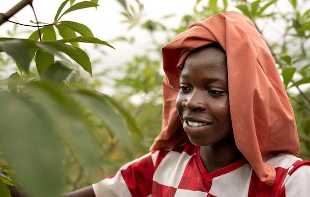 Gros plan d'un enfant souriant portant un chiffon