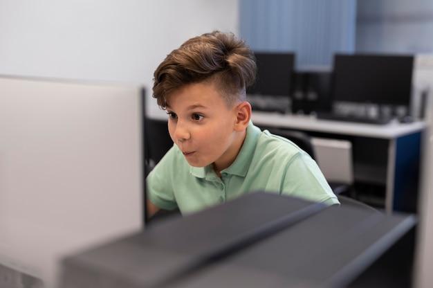 Gros plan sur un enfant tout en ayant un cours d'éducation technologique