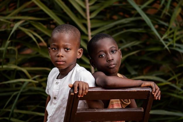 Gros plan des enfants africains posant ensemble