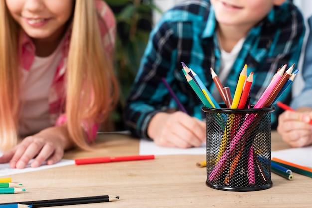 Gros plan des enfants à colorier