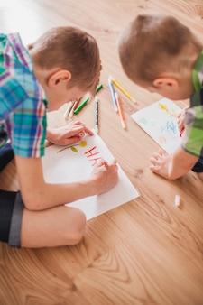 Gros plan des enfants dessinant pour le jour de la mère