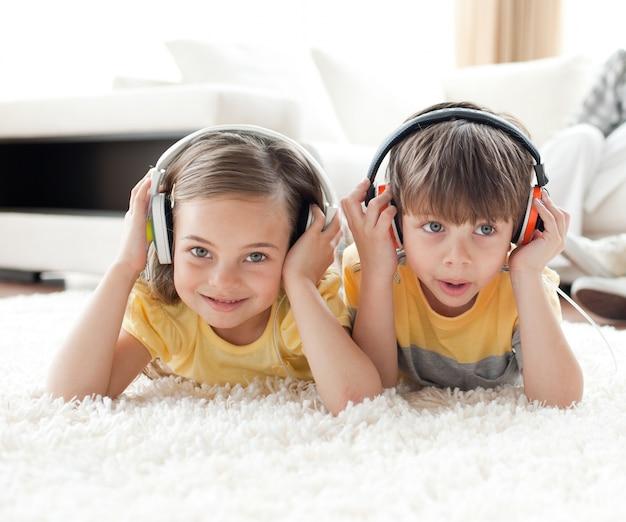 Gros plan, de, enfants, écoute, musique, à, écouteurs