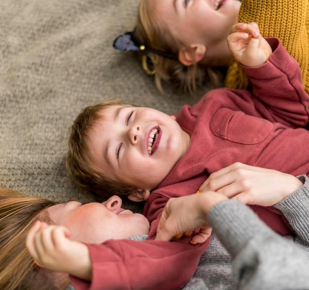 Gros plan des enfants heureux avec la mère