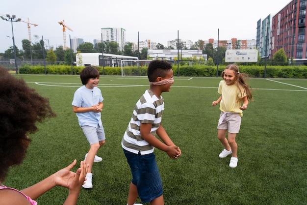 Gros plan des enfants jouant au jeu de balises