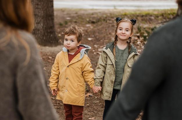 Gros plan enfants et parents se tenant la main