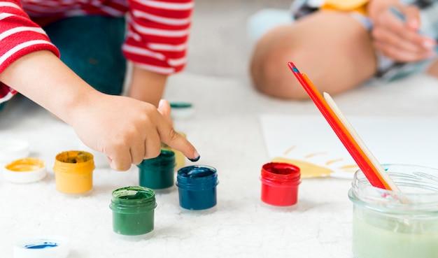 Gros plan, enfants, peinture