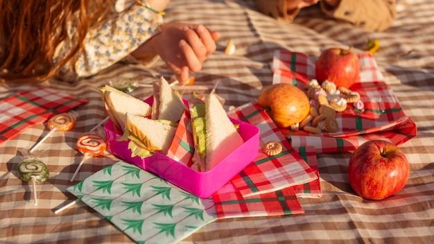 Gros plan des enfants avec des plats savoureux