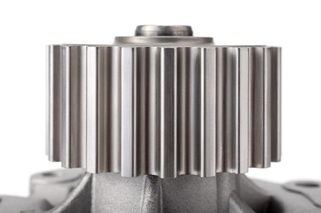 Gros plan d'engrenage de pompe à eau pour système de refroidissement de voiture sur fond blanc