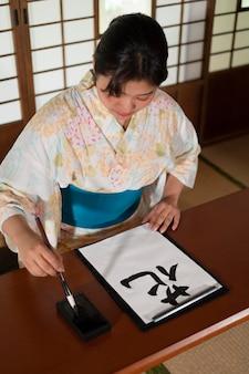 Gros plan sur un enseignant faisant de la calligraphie japonaise, appelé shodo