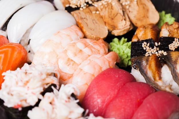 Gros plan sur un ensemble de sushis différents