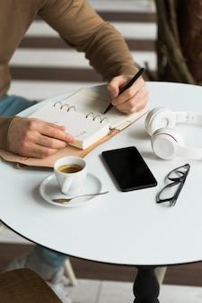 Gros plan entrepreneur masculin travaillant