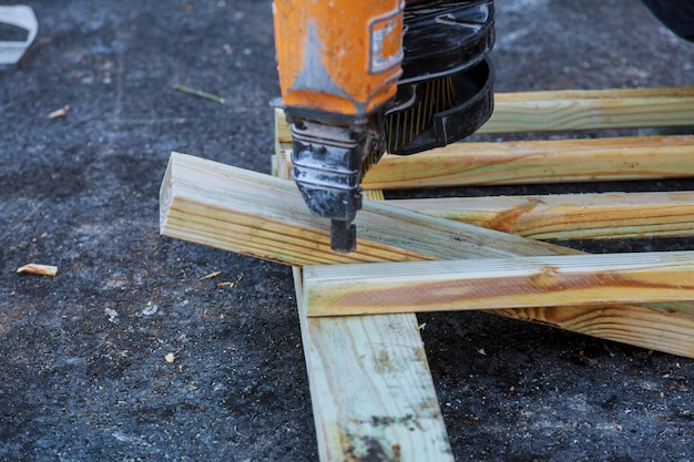 Gros plan d'un entrepreneur pour marquer certaines dimensions sur une planche de bois
