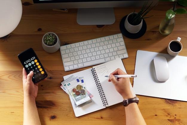 Gros plan d'un entrepreneur travaillant à domicile sur ses finances personnelles et ses économies