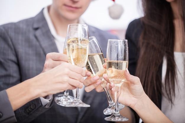 Gros plan, équipe affaires, grillage, à, champagne