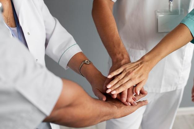 Gros plan sur l'équipe d'agents de santé