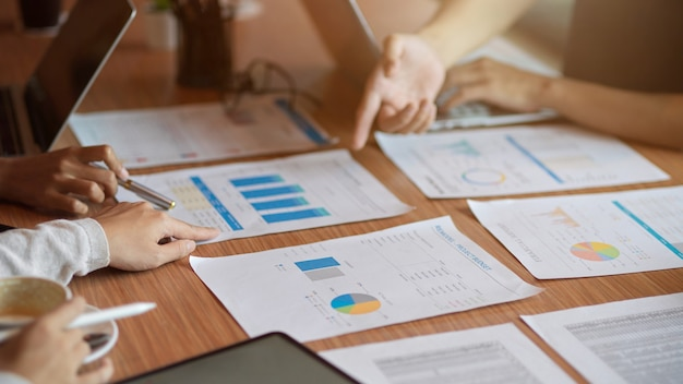 Gros plan de l'équipe marketing discutant de leur budget de projet pour la prochaine campagne marketing