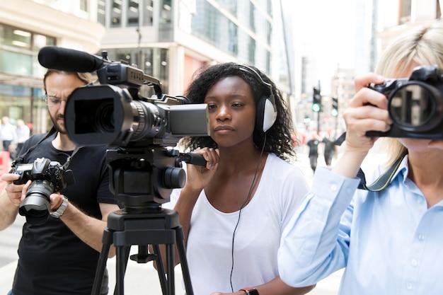 Gros plan sur une équipe de tournage filmant une interview