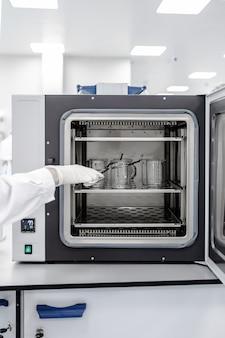 Gros plan de l'équipement de four à moufle dans une usine ou une industrie pharmaceutique ou chimique.
