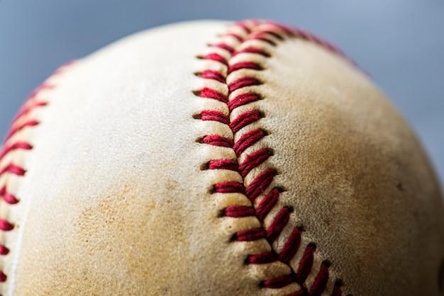 Gros plan de l'équipement de sport de balle de baseball brun