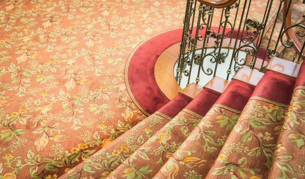 Gros plan de l'escalier couvert de tapis.