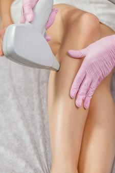 Gros plan de l'esthéticienne épilation de la jambe de la femme