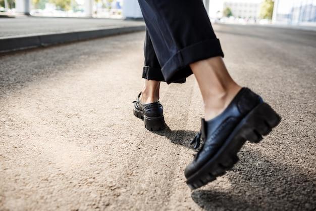 Gros plan de l'étape des jambes de la femme d'affaires.