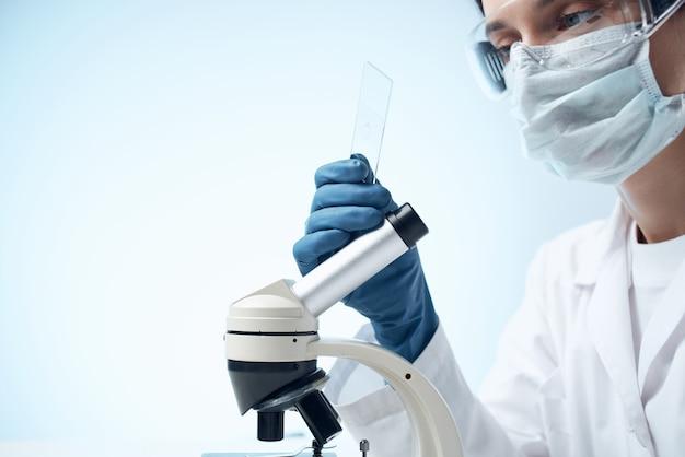 Gros plan de l'étude de recherche de biologiste de solutions chimiques de scientifique