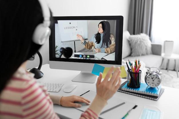 Gros plan étudiant en classe en ligne