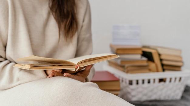 Gros plan, étudiant, tenue, livre